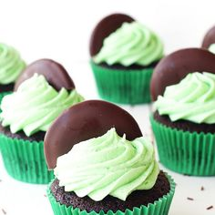 Mint Cupcakes Easy Chocolate Cupcakes with Mint Frosting and chocolate mint cookies!Easy Chocolate Cupcakes with Mint Frosting and chocolate mint cookies! Baking Cupcakes, Cupcake Recipes, Baking Recipes, Dessert Recipes, Brownie Recipes, Mint Chocolate Cupcakes, Fluffy Chocolate Cake, Chocolate Chips, Chocolate Cookies