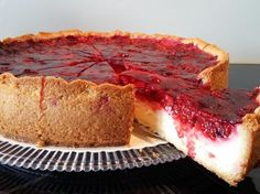Pudding-Schmand-Kuchen mit Himbeertopping Pudding sour cream cake with raspberry topping by A Thermomix ® recipe from the Baking Sweet category www.de, the Thermomix® Community. Pudding Desserts, Dessert Recipes, Sour Cream Cake, Baked Goods, Raspberry, Cheesecake, Food And Drink, Pie, Sweets