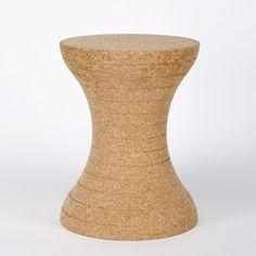 """Le tabouret """"diabolo"""" est un bel exemple d'utilisation du liège pour aboutir à un objet contemporain insolite. Une création épurée de XLBoom."""