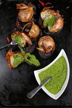 Paahdetut keltasipulit ja anjovis-yrttitahna (4 annosta)  #food #recipe #onion #fall #syksy #sipuli #resepti #dinner Sprouts, Onion, Dinner, Vegetables, Fall, Recipes, Dining, Autumn, Fall Season