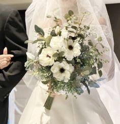 アネモネとユーカリいっぱいのナチュラルクラッチブーケ。すべて造花です。 Silk Flower Bouquets, Silk Flowers, Table Decorations, Home Decor, Flowers, Decoration Home, Room Decor, Home Interior Design, Dinner Table Decorations
