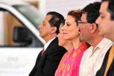 El gobernador Javier Duarte de Ochoa, acompañado por la presidenta del Patronato del Sistema DIF Estatal, Karime Macías Tubilla, entregó unidades de Transporte Adaptado para Personas con Discapacidad, en beneficio de 36 municipios y del Centro de Rehabilitación e Inclusión Social de Veracruz (Creever).