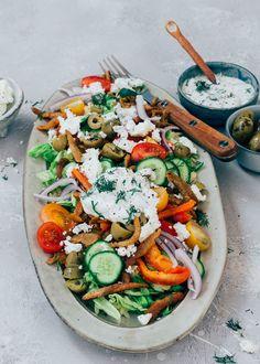Griekse salade met feta en gyros (vega) - Uit Pauline's Keuken A Food, Food And Drink, Feta, Fabulous Foods, Greek Recipes, Paella, Cobb Salad, Low Carb, Lunch