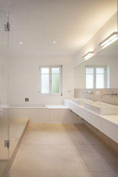 MTB-Badmöbel in Mineralwerkstoff weiss, Bodenfliesen beige, Schublade unter Badewanne, Doppelwaschtisch