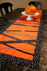 I love this Halloween table runner! So festive :)Pinned for Claire, the queen of table runners and curtains. Halloween Quilts, Table Halloween, Halloween Table Runners, Holidays Halloween, Halloween Crafts, Halloween Runner, Halloween Ribbon, Halloween Sewing, Homemade Halloween