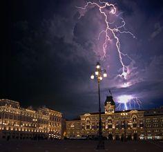 Fulmini in Piazza Unità
