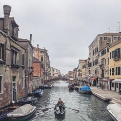 The elegant rower #venice #venezia #igersvenezia #veneziadavivere #igveneto #ig_veneto #visitveneto #venetissimo #ig_italy #ig_italia #whatitalyis #topeuropephoto #ig_europe #igworldclub #ig_worldclub #watchthisinstagood #city_explore #cbviews #urbanandstreet #vscogood_ #artofvisuals #shotaward #igmasters #moodygrams #fragmentmag #princely_shotz #vsco #vscocam by geidiemme