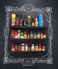 Zona delle spezie decorata con la pittura effetto lavagna | DIY Blackboard paint wall for spices • #lavagna #design #blackboard #spices #DIY