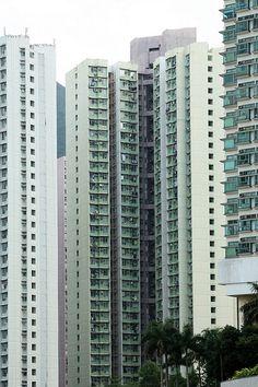 Hong Kong, China.  Com uma área de 1.104 km² e uma população de sete milhões de pessoas, Hong Kong é uma das áreas mais densamente povoadas do mundo. Segundo o Censo de 2013, tem uma população de  7.184.004 habitantes e uma densidade poopulacional de 6.5445 hab./km².