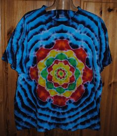 Tričko+XXL+-+Květ+ve+vlnkách+Originální,+pánské,+batikované+tričko,+velikost+XXL.+126+cm+přes+prsa,+délka+74cm,+vysoká+gramáž+180g/m2.+Barveno+kvalitními+barvami,+praní+doporučuji+v+ruce+kvůli+možnému+zaprání+bílých+částí,+barvám+pračka+neublíží.+Možno+odebrat+a+vyzkoušet+v+Brně.