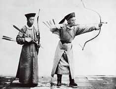 Photo by John Thomson, Beijing, 1872 The archer in full draw represents a classic example of the Manchu style. The other archer also seems to be knowing what he is doing, and is depicted in an early stage of the arrow loading process.