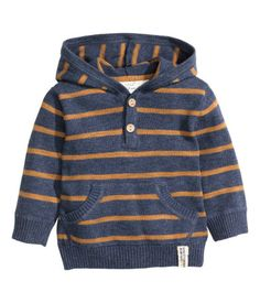 Fine-knit, hooded sweater in soft cotton. Buttons at top and kangaroo pocket at front.