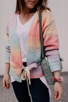 Mein Frühlingsoutfit mit Jeans, Pastell-Cardigan und Sneakers gibt es jetzt am Modeblog mit allen Outfit-Details. www.whoismocca.com Casual Chic, Elegant, Outfit Of The Day, Street Style, Beauty, Jeans, Interior, Sweaters, Outfits