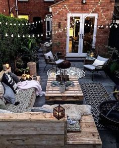 Have you been dreaming of creating that beautiful patio design that comfortable enough to just relax? Find out 10 Patio Trends: 8 HOT and 2 are NOT! Small Backyard Patio, Diy Patio, Pallet Patio Decks, Diy Terrasse, Backyard Patio Designs, Patio Ideas, Backyard Ideas, Backyard Landscaping, Landscaping Ideas