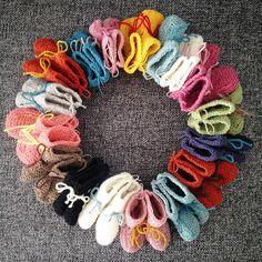 Madam møller babysokker.   Nøstebarn Burlap Wreath, Crochet Necklace, Wreaths, Decor, Decoration, Door Wreaths, Burlap Garland, Deco Mesh Wreaths, Decorating
