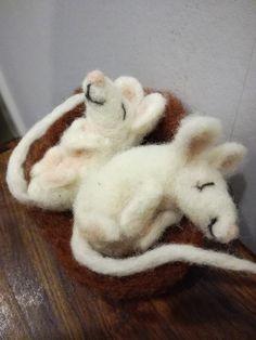 Onnelliset hiiret oli hauska huovuttaa. Menivät ystävälle uuteen kotiin. Slippers, Slipper, Flip Flops, Sandal