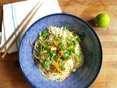 I've been wanting to make Asian glass noodle salad for so long, but somehow the opportunity never arose. On my birthday in August, a friend and I have but then a little … Indian Food Recipes, Asian Recipes, Healthy Recipes, Ethnic Recipes, Healthy Food, Glass Noodle Salad, Asian Noodles, Convenience Food, Eating Habits