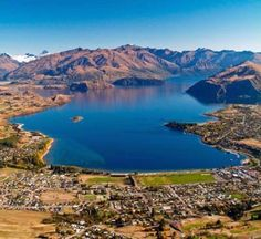 Wanaka Town, on southern edge of Lake Wanaka New Zealand Holidays, Lake Wanaka, Kiwiana, The Beautiful Country, New Zealand Travel, South Island, British Isles, Travel Around The World, Wonderful Places