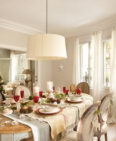 10 charming holiday dining table set up idea lovely and nice that will make all the family member feel joyful and also happy. Christmas Table Settings, Christmas Table Decorations, The White Company, Beautiful Dining Rooms, Table Set Up, Farmhouse Christmas Decor, Cuisines Design, Living Furniture, Dining Table