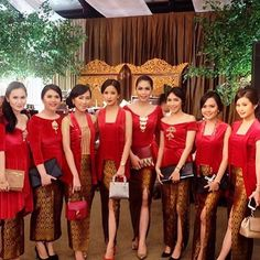 We are soooo in love with this bridesmaids red tops! Do you know that in Russia, red means beautiful? And these bridesmaids definitely look so beautiful in red ❤️ Kebaya Lace, Batik Kebaya, Kebaya Dress, Dress Pesta, Batik Dress, Lace Dress, Indonesian Kebaya, Indonesian Wedding, Red Bridesmaids