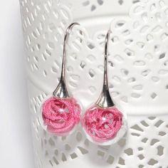 Boucles d'oreilles globes verre remplies de fils nylon rose foncé