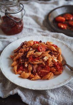 Salade de pâtes, sauce crémeuse aux tomates séchées et chou rouge ✔ (Recette testée : Le chou rouge se révèle très discret en terme de saveur... Mon avis : un plat à pimenter pour un effet plus relevé) ✔