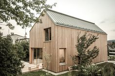 Hausfassade farbe The gray concrete on the ground floor supports the wooden stand construction made Craftsman Style Homes, Craftsman House Plans, Craftsman Interior, Tiny House Cabin, Modern Farmhouse Exterior, Chula, House In The Woods, Architecture Design, Cottage