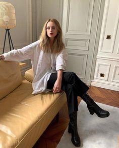 Смотри галерею - парижская уличная мода 2021, 40 актуальных образов! Т. Photo: @solenlara #тренды2021 #весна2021 #образы2021 #уличныетренды2021 #джинсы2021 #актуальныеобразы2021 #базовыйгардероб2021 #парижскийстиль2021 #гардероб #стиль #женскийгардероб #джинсы2021 #образынавесну Bon Weekend, French Lifestyle, Parisian Chic, Casual Chic, Black Boots, Normcore, Feminine, Menswear, Shirts