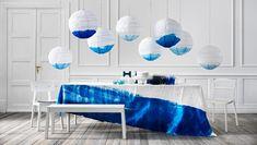Etentje met papieren hanglampen en tafelgerei in blauw en wit - IKEA