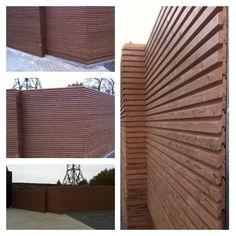 """Tuinwand uitgevoerd in thermowood """"free Willy"""" geplaatst door STUYTS Materiaal geleverd door """"outdoor wood Concepts"""""""