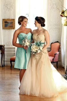 aqua-gold-wedding - strapless creme wedding dress with tulle skirt and modern bridesmaid