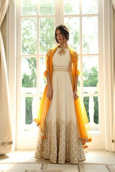 White Anarkali with Gold Embroidery and Gold Dupatta/Chunni // south asian fashion inspiration Robe Anarkali, Costumes Anarkali, White Anarkali, Anarkali Suits, Yellow Lehenga, White Kurta, Indian Anarkali, Indian Gowns, Indian Attire