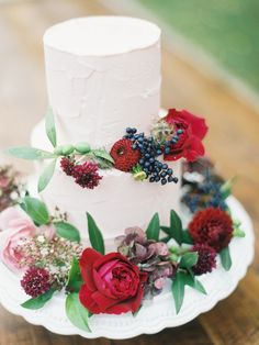 Here is today's top featured wedding cake inspiration for you to get inspired. Happy Pinning! Featured Wedding Cake: cotton & crumbs…