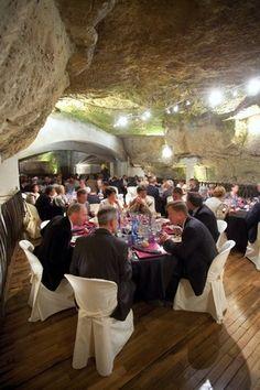 Salle LE CAVEAU - EN U : 80 personnes / EN CONFERENCE : 120 personnes / BANQUET : 170 personnes / COCKTAIL : 300 personnes - Location de salles, réceptions et séminaires à Saumur - www.ackerman.fr