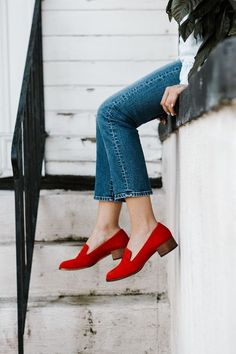 hochzeitsschuhe turnschuhe Need help in addition to great tips on womens footwear. Women's Shoes, Red Shoes Outfit, Footwear Shoes, Shoes Editorial, Photo Portrait, Outfits Damen, Shoes Photo, How To Pose, Chloe Bag