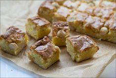 Saftige Blondies mit braunem Zucker, weißer Schokolade und gesalzenen Macadamias