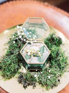 Vintage glass ring box: http://www.stylemepretty.com/destination-weddings/2016/04/26/this-untraditional-indian-wedding-in-amsterdam-has-a-major-wow-factor/ | Photography: Wesley Nulens - http://www.wesleynulens.be/blog/