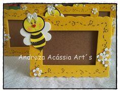 Porta Retrato em MDF, decorado com EVA Bee Crafts, Foam Crafts, Diy And Crafts, School Picture Frames, Cartoon Bee, Bee Party, Baby Shower, School Decorations, Bee Theme