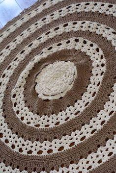 Lindo tapete de barbante todo trabalhado artesanalmente! Tons cru e marrom.