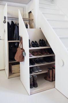 Mobiele kasten onder de trap; ruimte voor jassen, tassen, schoenen e.d. [muotopuoliblog blogspot fi].