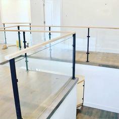 Glass& Iron Stair Railings - Poręcze na szklanych balustradach - minimalis kaca Glass Balcony Railing, Indoor Railing, Loft Railing, Indoor Balcony, Glass Stairs, Staircase Design Modern, Modern Stair Railing, Staircase Handrail, Iron Stair Railing
