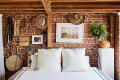 Bedroom boho decor exposed brick ideas for 2019 Space Furniture, Furniture For Small Spaces, Small Bedroom Designs, Small Space Storage, Couple Bedroom, Storage Hacks, Storage Ideas, Bedroom Paint Colors, Mediterranean Homes
