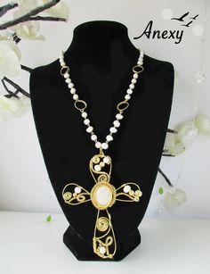 """Collar """"Cruz de paz"""" hecho con piedra Onix blanca, perlas de río y chapa de Oro #iwire #onix #pearls #Aguascalientes"""