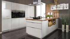 Die Küche in premiumweißen Echtglasfronten und einer Arbeitsplatte in Kunststoff Eiche Castell Nachbildung. www.foerde-kuechen.de #kuechen #FoerdeKuechen #foerde #kuechenplanung
