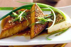 Очень простой рецепт жареного тофу с кунжутом для вашего обеда или перекуса. В качестве гарнира к нему отлично подойдет рис или салат из маринованных свежих овощей!
