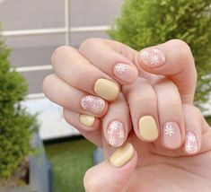 The yellow solid color manicure is a style that many fashionable people love. Many girls worry that yellow will highlight the skin color problem, but in fact, yellow is a more white color, which can… Daisy Nails, Pink Nails, My Nails, Daisy Nail Art, Stylish Nails, Trendy Nails, Cute Nails, Minimalist Nails, Nail Swag