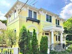 黄色の外壁で明るい雰囲気に!事例30選&素敵に仕上がる配色のコツ Yellow Walls, Mansions, House Styles, Home Decor, Decoration Home, Manor Houses, Room Decor, Villas, Mansion