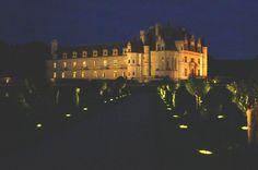 Wieczory i noce w ogrodach zamkowych. Spacer w akompaniamencie świateł i muzyki. Romantyczne chwile w pięknym otoczeniu.