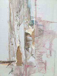 La variedad de colores y texturas convierten a esta pieza en algo muy pictórico. Los recortes, los colores, las variedades rítmicas le otorgan unas características pictóricas.