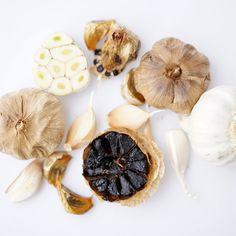 Benefícios do alho negro: descubra esse antioxidante incrível Garlic, Vegetables, Food, Benefits Of Garlic, Health And Wellness, Health Tips, Food Items, Diet, Essen
